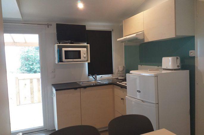 Kitchenette du Mobil-home Premium 2 chambres 4 personnes